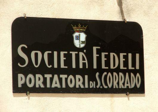 La cattedrale di Noto, insegna Portatori di San Corrado