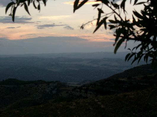 Gli iblei al tramonto, panorama da Castelluccio (Noto, sr)