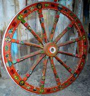 La ruota dipinta di un carretto siciliano