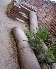 Resti di colonne nell'antico teatro di Taormina